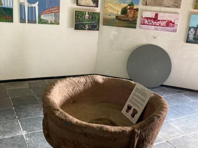 Romaans doopvont geplaatst in de Grote Kerk